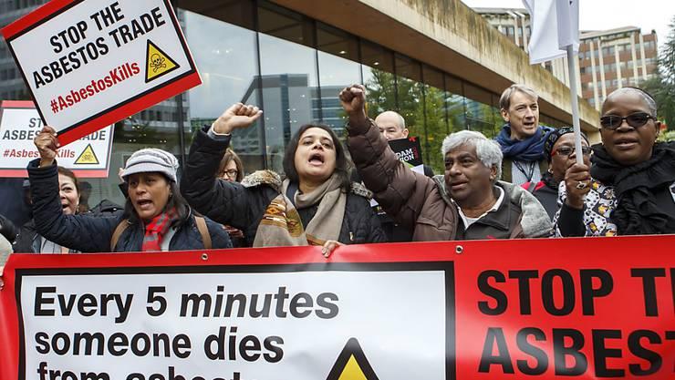 Kundgebung nahe des Konferenzorts in Genf für ein Handelsverbot mit Asbest