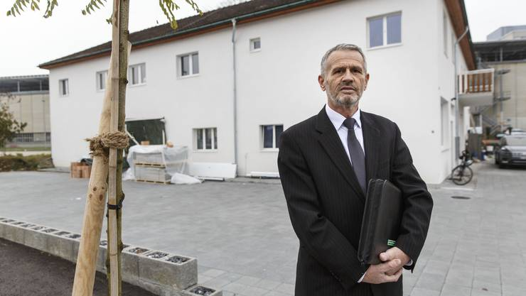 Ekrem Racipi, Imam der Glaubensgemeinschaft, vor dem künftigen Gebetshaus.
