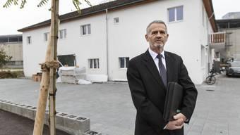 Ekrem Racipi, Imam der Glaubensgemeinschaft, vor dem künftigen Gebetshaus. Die Liegenschaft ist nun Sitz des Albanisch Islamischen Verbandes Schweiz.