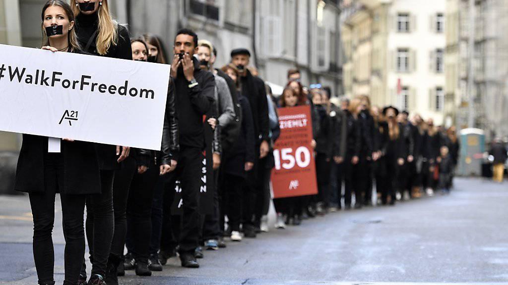 Am vergangenen Samstag demonstrierten Menschen in Bern gegen die weltweite Sklaverei. Justizministerin Sommaruga spricht zum Thema Menschenhandel am Donnerstag anlässlich einer Konferenz in Lugano.