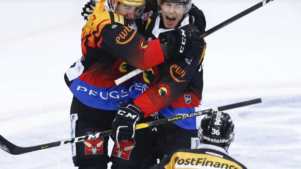 SCB-Topskorer Simon Moser (mit gelbem Helm) jubelt zusammen mit Siegtorschütze Ramon Untersander