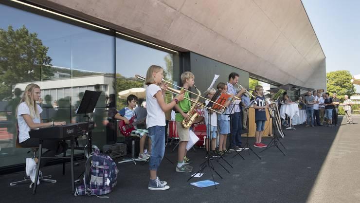 Die Bläserbande der Musikschule Wettingen hielt anlässlich der Eröffnung der Dreifachturnhalle ein Ständchen.