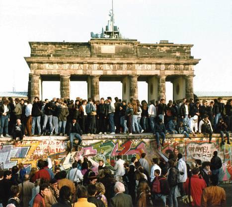 1989: Die Berliner Mauer, welche den Osten vom Westen trennte, fiel am 9. November. Dies führte zur Einheit Deutschlands. Keine Erfindung, aber immerhin eine schöne geschichtliche Wendung.