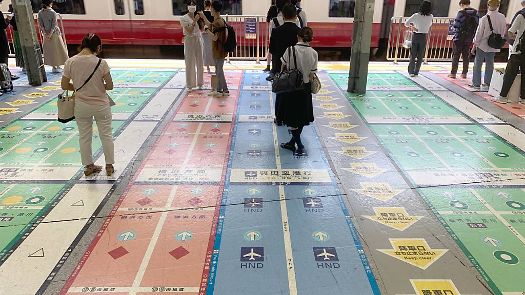 PRODUKTION - Viele Markierungen auf dem Boden eines Bahnsteigs in Tokio. Foto: Lars Nicolaysen/dpa