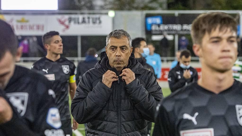 Die Grasshoppers und Trainer João Carlos Pereira (Mitte) blamierten sich in Kriens.