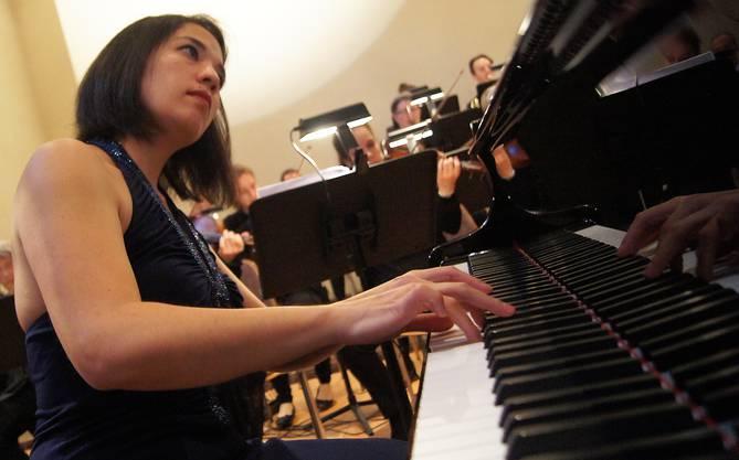 Die Pianistin Elaine Fukunaga am Konzertfluegel