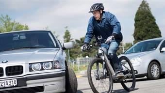 Wenn Autofahrer das Tempo des E-Bike-Fahrers unterschätzen, kann es zu gefährlichen Situationen kommen. KEYSTONE