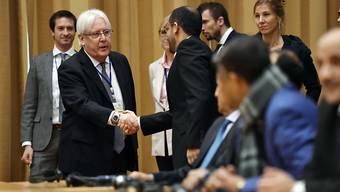Der Uno-Vermittler für Jemen, Martin Griffiths, begrüsst die jemenitische Delegation zu den Friedensgesprächen in Stockholm.