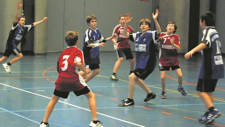 Am U13-Turnier des HC Dietikon-Urdorf (in Blau) in der Urdorfer Zentrumshalle ist die Begeisterung bei den Spielern gross.