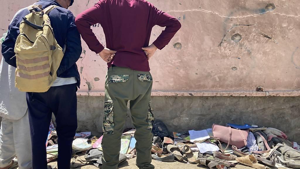 Nach dem Anschlag mit mehr als 50 Todesopfern in der afghanischen Hauptstadt Kabul haben sich am Sonntag mehrere Hundert Menschen am Tatort versammelt. Was die Explosion auslöste, war zunächst nicht klar. Bei den Opfern soll es sich um Zivilisten handeln. Foto: Veronika Eschbacher/dpa