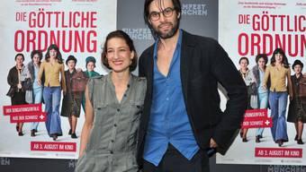 """In """"Die Göttliche Ordnung"""" spielt Max Simonischek (hier mit Kollegin Marie Leuenberger) einen Mann mit verstaubtem Frauenbild. Im richtigen Leben will er kein Heimchen am Herd. (Archivbild)"""