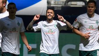Bremens Leonardo Bittencourt feiert seinen sehenswerten Treffer auf Schalke
