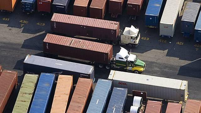Handelscontainer werden verschoben und zwischengelagert (Symbolbild, Archiv)