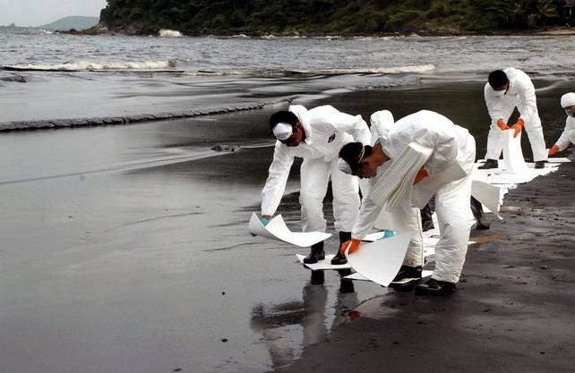 Das Öl wird mit speziellem Papier aufgesogen.