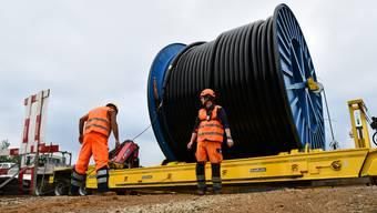 Swissgrid baut zwischen Beznau und Birr die bestehende Leitung auf 380 kV aus. Es handelt sich dabei um ein Teilstück der Leitung zwischen Beznau und Mettlen LU. Auf einem 1,3 Kilometer langen Abschnitt am Gäbihübel bei Bözberg/Riniken verläuft die Leitung künftig unterirdisch. Insgesamt 12 Kabel werden unter Boden gelegt, das ist schweizweit erstmals der Fall.