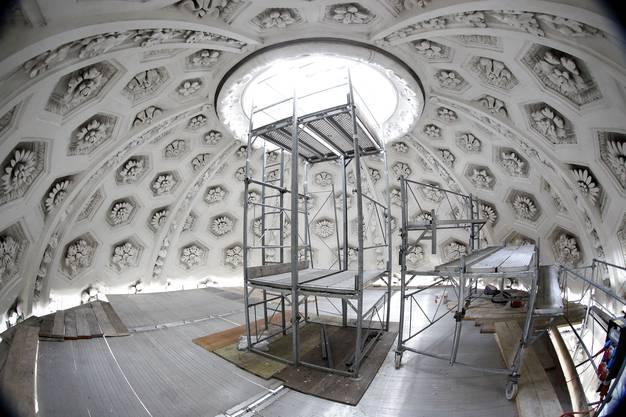 Nach dem Brandanschlag im Frühjahr wurde der Innenraum der Kathedrale bis unter die Kuppel eingerüstet. (Fotos: Felix Gerber)