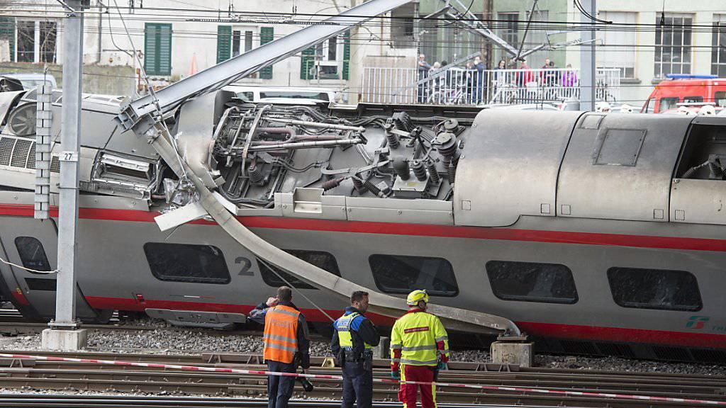 Ein Eurocity-Zug aus Italien mit 160 Personen an Bord entgleiste am 22. März bei der Ausfahrt aus dem Bahnhof Luzern. Bei dem Vorfall wurden sechs Personen leicht verletzt. Ein Wagen kippte um und unterbrach den Bahnstrom. (Archivbild)