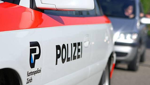 Polizisten der Kantonspolizei Zürich führten am Samstagmorgen in Neftenbach eine Geschwindigkeitskontrolle durch. (Symbolbild)