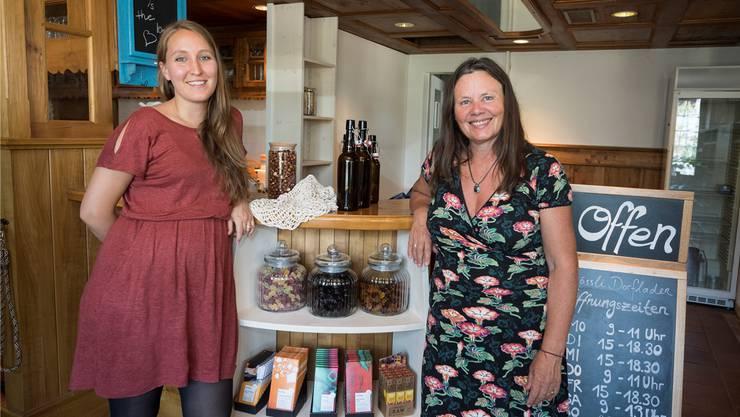 Rahel Nicolet (links) und Anke Schwarzer präsentieren erste Waren im noch nicht fertig eingerichteten Dorfladen.