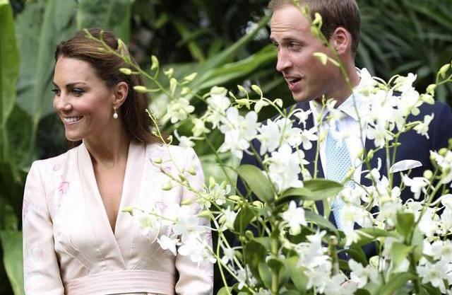 William und Kate stehen neben der Orchidee, die nach Prinzessin Diana benannt ist