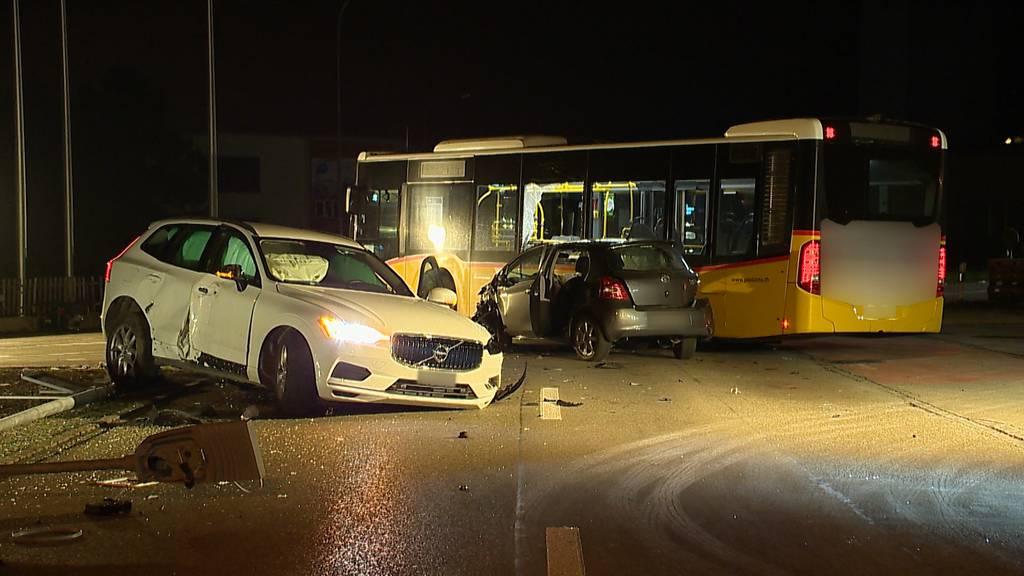 Zwei Verletzte bei Unfall mit Autos und Postauto