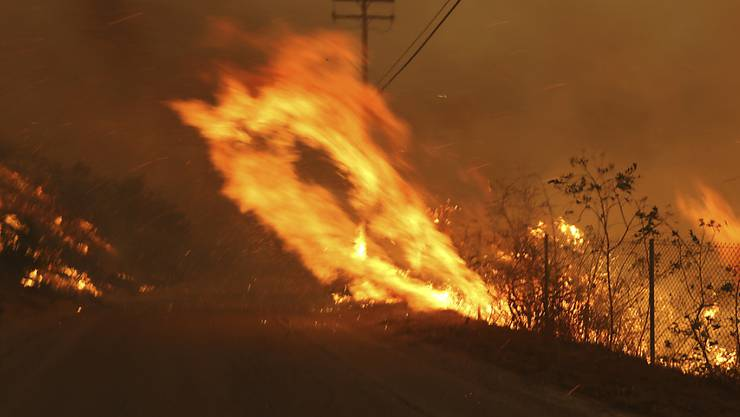 Bevorstehende Extrem-Winde stellen für die Feuerwehrleute in Kalifornien im Kampf gegen die Buschbrände eine Gefahr dar. (Archivbild)