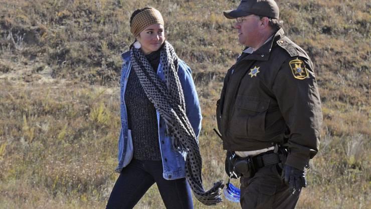 Schauspielerin Shailene Woodley wird von einem Hilfssheriff von Morton County abgeführt, nachdem sie in der Nähe von St. Anthony, N.D. gegen den Bau einer Pipeline demonstriert hat.