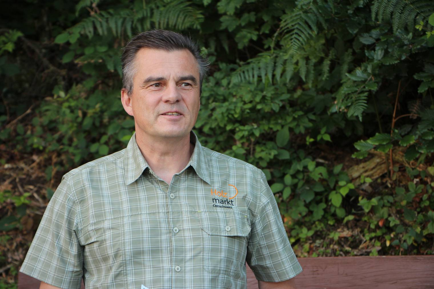 Heinz Engler, Geschäftsführer des Waldwirtschaftsverbands hat noch nie so viele Borkenkäfer gesehen. (Bild: Lara Abderhalden)