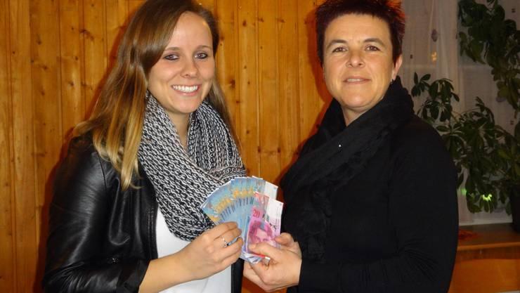 """Übergabe der Spende an den Verein """"Winterlager"""" Céline Peterhans (Winterlager) und Claudia Gratwohl (Theaterfreunde)"""