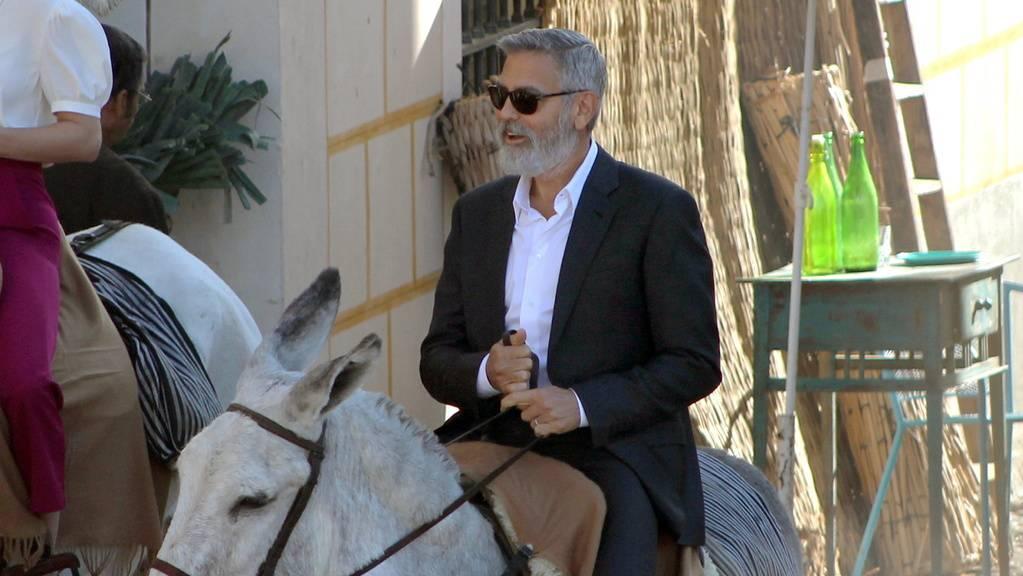 Hollywoodstar George Clooney ist auf einem Esel durch ein spanisches Dorf geritten und hat damit vorab die Dorfbewohnerinnen in Aufruhr versetzt.
