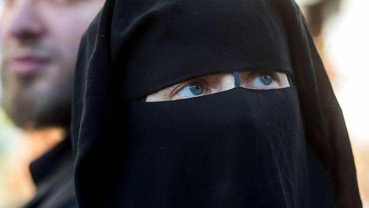 Das Tessiner Verhüllungsverbot trifft vor allem Fussballfans, nicht Burka-Trägerinnen. Seit zwei Jahren ist das Verbot im Kanton Tessin in Kraft. (Archiv)