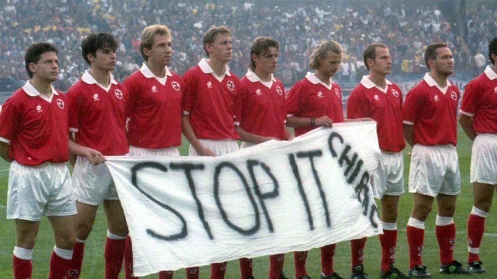 9. Juni 1995: Die Schweizer Nationalmannschaft protestiert in Göteborg gegen die französischen Atombomben-Tests im Mururoa-Atoll