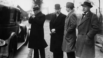Die Ermittler auf der Spur von Berthold Jacob. Ganz links steht der Erste Staatsanwalt, Paul Dubi.