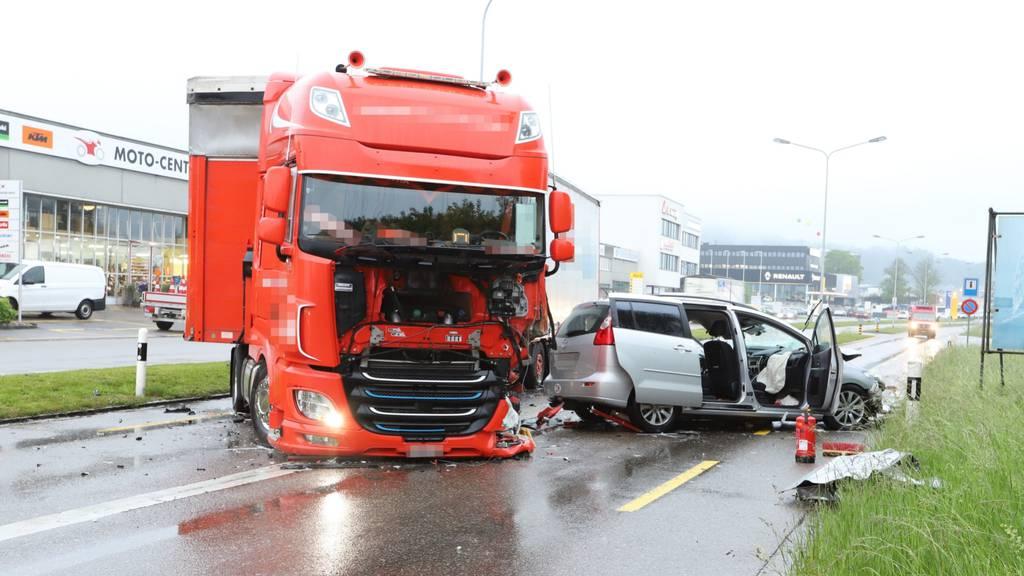 Schwerer Verkehrsunfall: Auto prallt frontal in Lastwagen