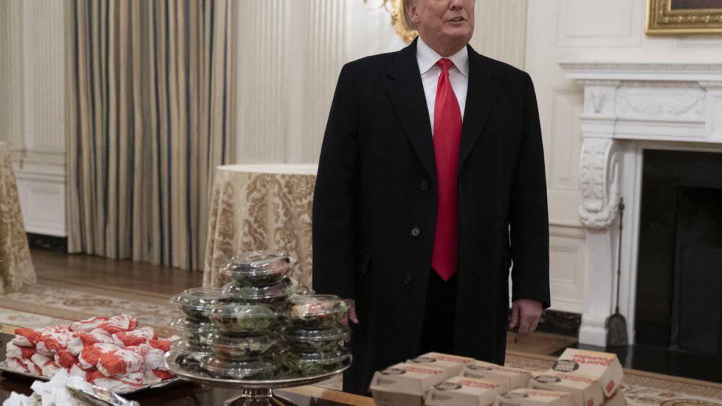 US-Präsident Donald Trump trinkt keinen Alkohol und raucht nicht, ist aber ein Liebhaber von Cola Light und Fast Food. (Archivbild)