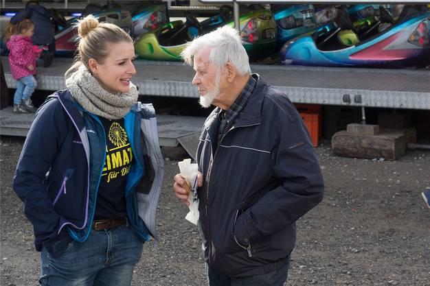 Stefanie Bucher im Gespräch mit dem Schlieremer Teilnehmer Harry Locatelli.