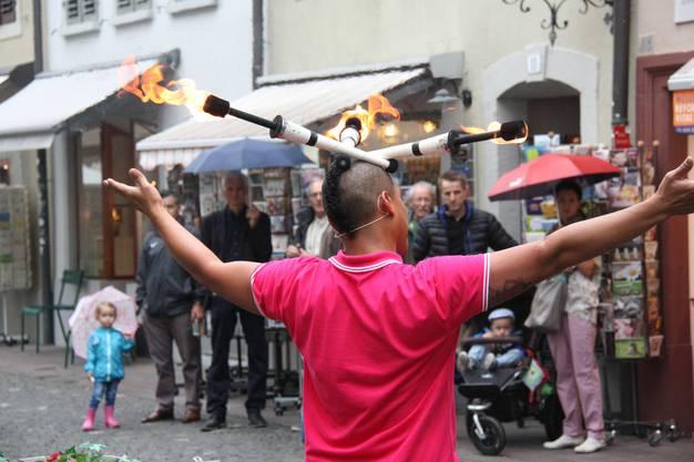 Der Strassenkünstler Darwin Pimentel spielt an den Theatertagen mit dem Feuer