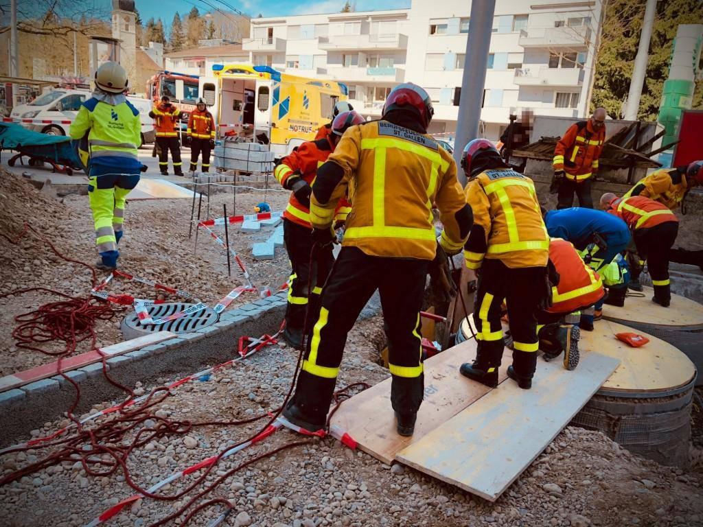Bauarbeiter von Kies verschüttet