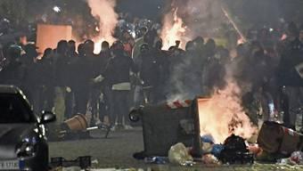 Schwere Ausschreitungen in Neapel: Links- und Rechtsradikale kapern gemeinsam mit der Mafia die Anti-Corona-Proteste.