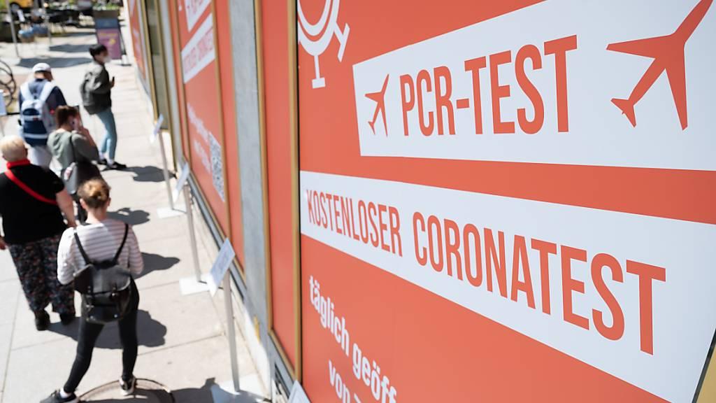 Passanten warten vor einem Corona-Testzentrum in Dresden. Foto: Sebastian Kahnert/dpa-Zentralbild/dpa