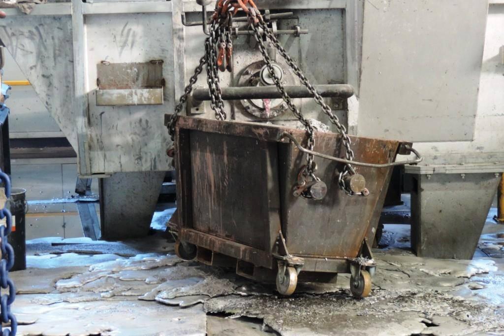 Über den Boden verteiltes Aluminium in der Fabrik in St.Gallen. (© stapo)