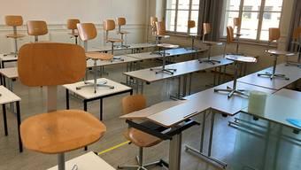 Bei einzeln besetzten Zweierpulten wird der Platz in den Klassenzimmern knapp.