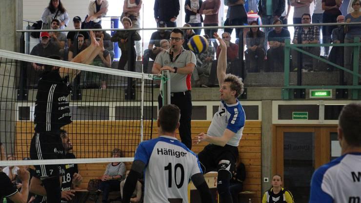 250 Zuschauer fieberten beim NLA-Freundschaftsspiel von Volley Luzern und Volley Amriswil in Reinach mit.