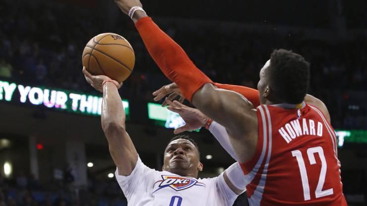 Oklahomas Spielmacher Russell Westbrook setzt gegen Houstons Center Dwight Howard zum Wurf an