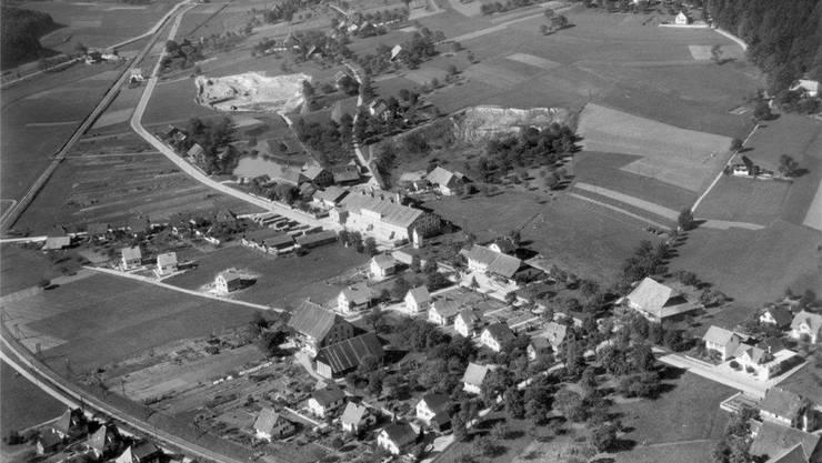 Die Ziegelei Kölliken (Mitte) baute von 1823 bis 1976 Ton für Ziegel und Backsteine ab. Im Luftbild von 1935 ist die Grube noch klein.Archiv SMDK