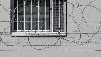 Der Verurteilte muss eine Freiheitsstrafe verbüssen (Symbolbild)