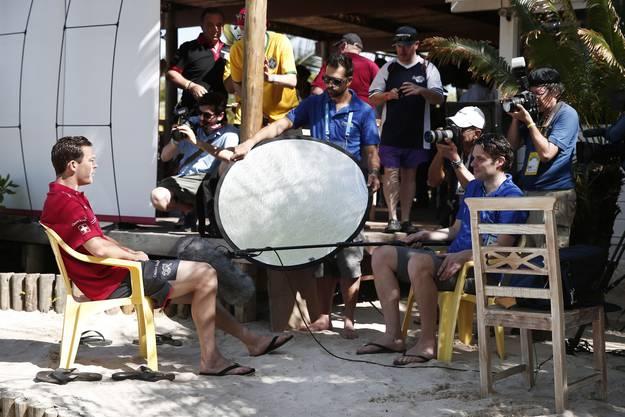 Stephan Lichtsteiner wird interviewt, die Journalisten hören gespannt zu