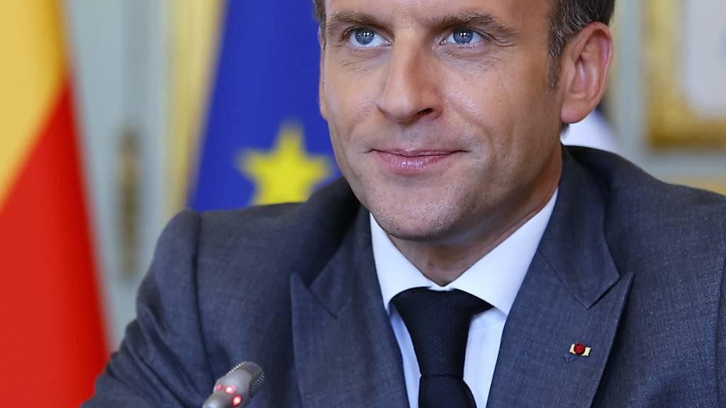 Frankreichs Präsident Emmanuel Macron spricht im Elysee-Palast. Nachdem er am Dienstag bei einem Besuch in Tain-l'Hermitage geohrfeigt wurde, hat die Staatsanwaltschaft laut Medienberichten 18 Monate Haft für den Täter gefordert. Foto: Thomas Samson/AFP POOL/AP/dpa