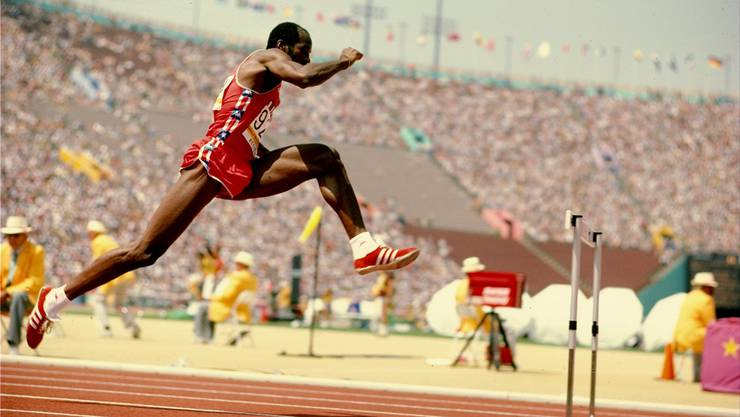 Goldjunge Edwin «Ed» Moses: Im Bild 1984 an Olympischen Spielen in Los Angeles, wo er über 400 Meter Hürden bei den Männern das Rennen klar gewinnt.