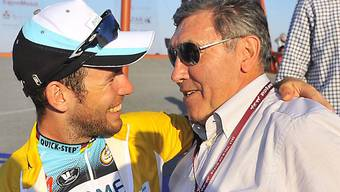 Legende Eddy Merckx gratuliert Mark Cavendish zum Sieg in Katar.